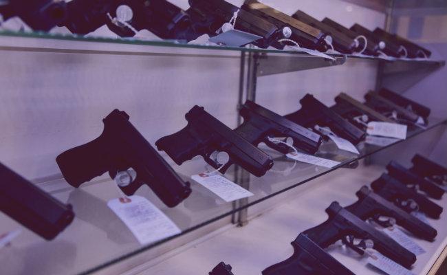 soñar con pistolas
